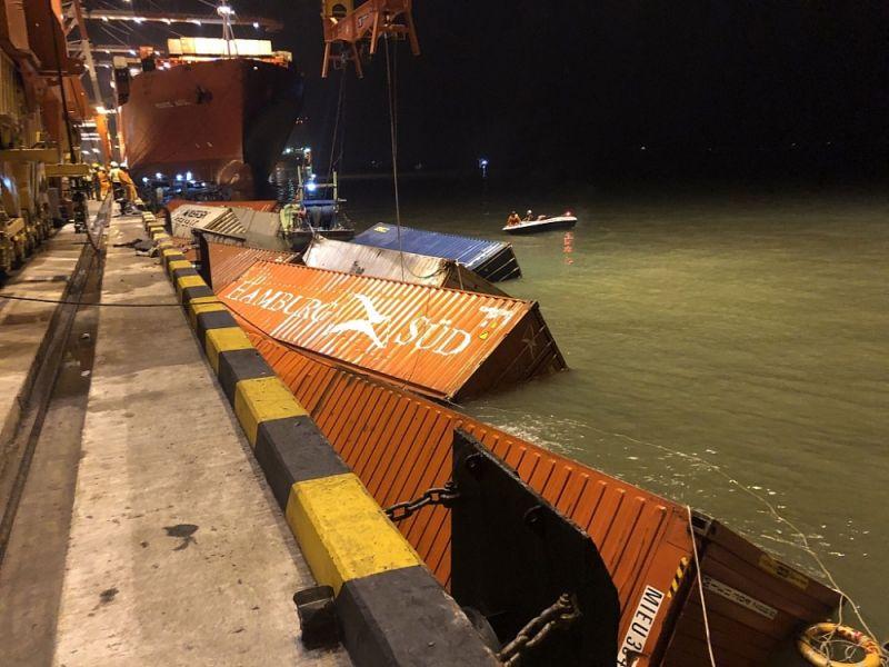 Trục vớt container bị rơi xuống sông Cái Mép