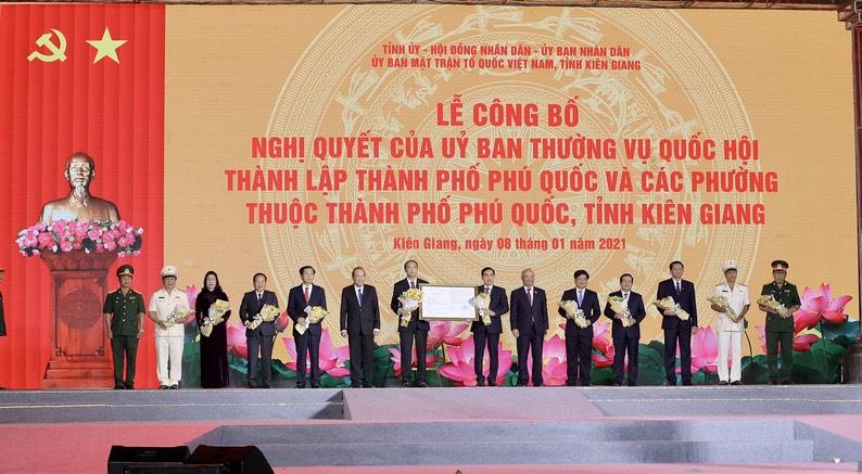 Lãnh đạo Đảng và Nhà nước trao Nghị quyết của Ủy ban Thường vụ Quốc hội về thành lập TP. Phú Quốc cho lãnh đạo TP Phú Quốc và lãnh đạo tỉnh Kiên Giang.