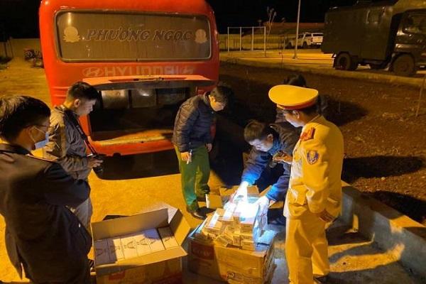 Bắt giữ ô tô khách nhận vận chuyển gần 2.000 gói thuốc lá lậu
