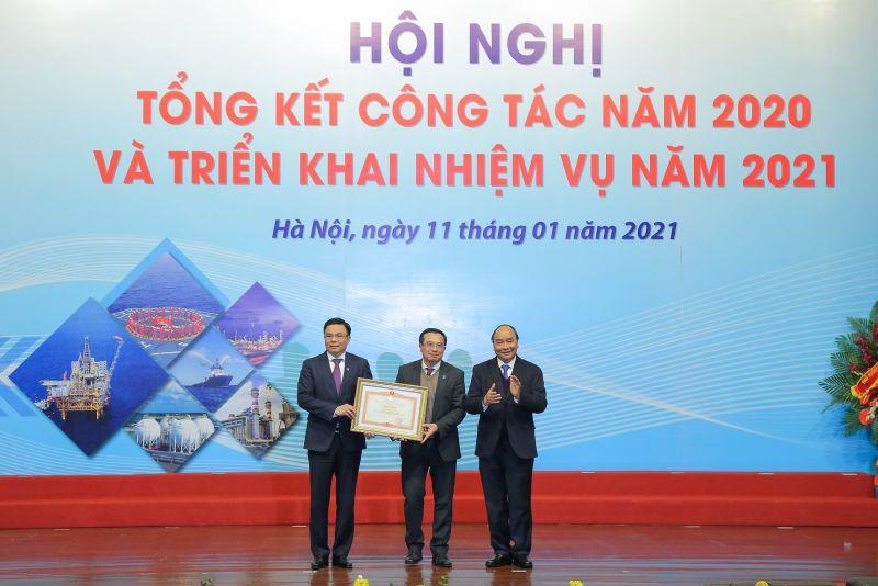 Thủ tướng Nguyễn Xuân Phúc trao tặng Bằng khen của Thủ tướng Chính phủ cho Tập đoàn Dầu khí Việt Nam