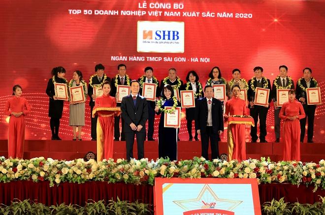 Đại diện SHB, Phó Tổng Giám đốc Hoàng Thị Mai Thảo vinh dự nhận giải thưởng Top 50 doanh nghiệp xuất sắc nhất Việt Nam