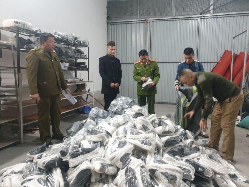 Lực lượng QLTT thu giữ số hàng hóa không rõ nguồn gốc, xuât xứ.