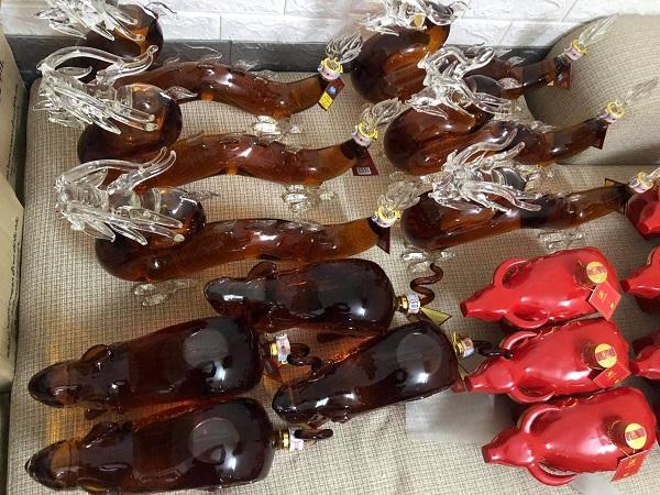 Các bình rượu hình các con vật khác nhau rồi dán nhãn nước ngoài vừa bị lực lượng chức năng Hà Nội phát hiện