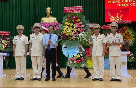 Phó Bí thư Thường trực Thành ủy TPHCM Trần Lưu Quang tặng hoa chúc mừng thành lập Phòng PA05, Công an TPHCM