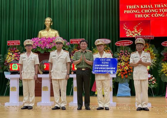 Thiếu tướng Nguyễn Minh Chính chúc mừng và tặng quà cho Phòng PA05, Công an TPHCM