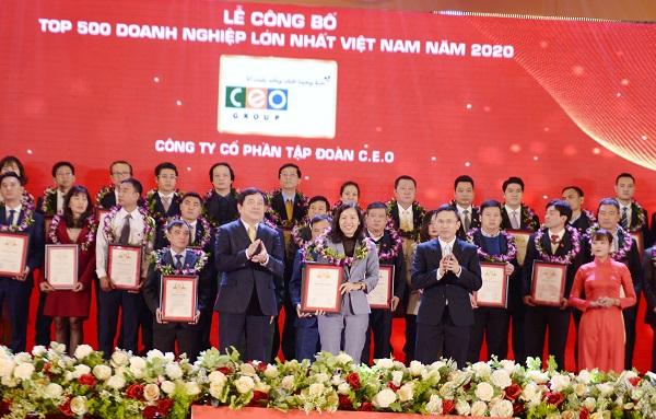 Phó Tổng Giám đốc Phan Lê Mỹ Hạnh đại diện Tập đoàn CEO nhận Chứng nhận Top 500 Doanh nghiệp lớn nhất Việt Nam 2020