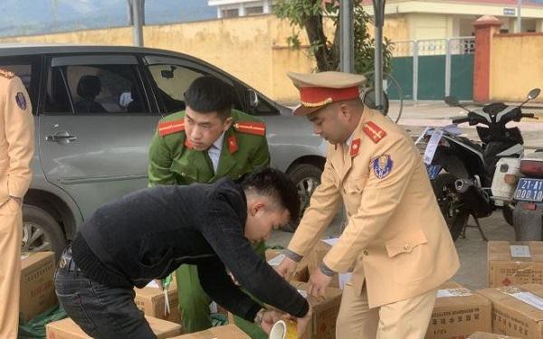 Lực lượng chức năng tiến hành kiểm tra số hàng hóa pháo nổ bị bắt giữ