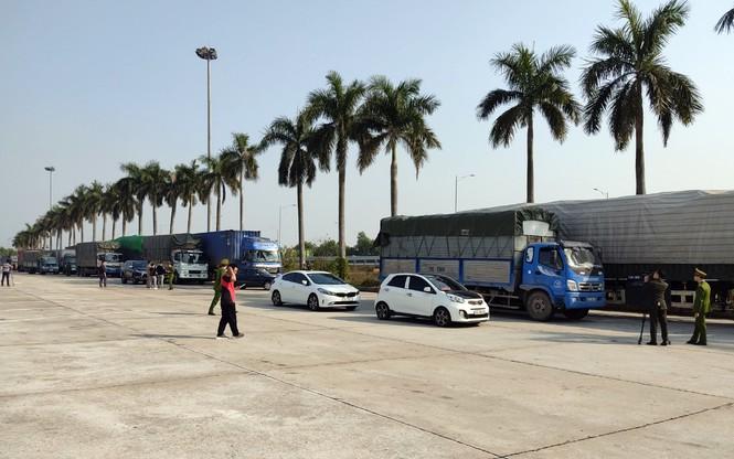 Xe container chở hàng lậu xếp hàng dài tại trạm dừng nghỉ cao tốc Hà Nội - Hải Phòng