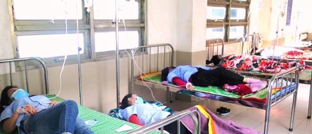 Các công nhân nghi là bị ngộ độc thực phẩm tập thể đang được điều trị tại bệnh viện