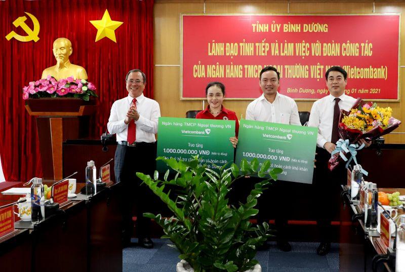 Ông Trần Văn Nam trao hoa và cảm ơn toàn thể nhân viên Vietcombank đã đóng góp, chia sẻ với những người có hoàn cảnh khó khăn. Ảnh: Minh Duy