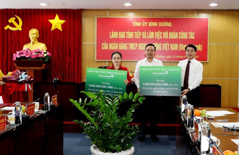 Ông Nghiêm Xuân Thành trao tiền hỗ trợ cho những người có hoàn cảnh khó khăn trên địa bàn tỉnh. Ảnh: Minh Duy