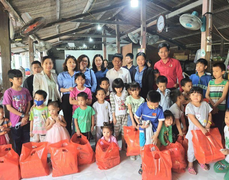 Bà Trần Thị Kim Lan cùng đại diện các ban ngành, đoàn thể tỉnh đến thăm, tặng quà tết tại cơ sở Từ Tâm Nhân Ái. Ảnh: Hồng Thuận