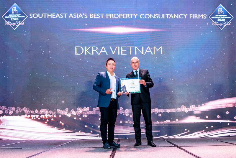 """Ông Phạm Lâm - Nhà sáng lập, CEO DKRA Vietnam (bên trái) đón nhận giải thưởng """"Đơn vị tư vấn phát triển dự án tốt nhất Đông Nam Á"""""""