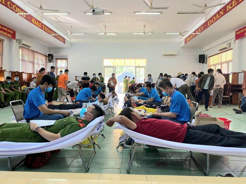 Hội Chữ thập đỏ huyện Phú Giáo phối hợp với Trung tâm truyền máu Bệnh viện Chợ Rẫy (TP.Hồ Chí Minh) đã tổ chức hiến máu tình nguyện đợt I – 2021