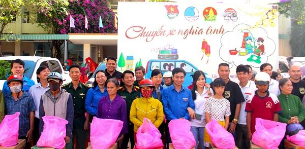 Nhiều phần quà Tết đượm nghĩa tình được Bí thư Tỉnh Đoàn Trần Quốc Duy (áo Thanh niên Việt Nam, chính giữa) cùng CLB Xe bán tải Bình Phước trao cho người dân miền biên viễn