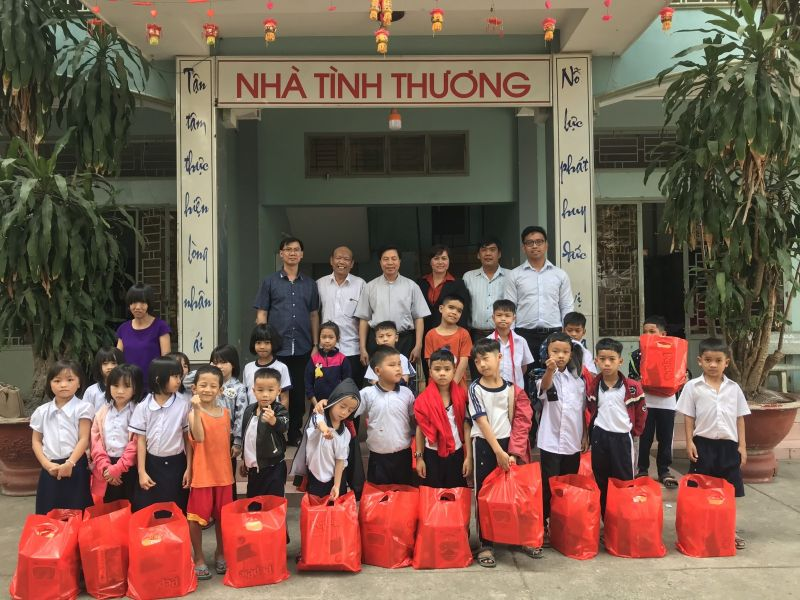 Ông Nguyễn Huỳnh Đình cùng đại diện các ban ngành, đoàn thể tỉnh đến thăm, tặng quà tết tại Nhà tình thương Tổ đoàn kết Thuận An. Ảnh: Hồng Thuận
