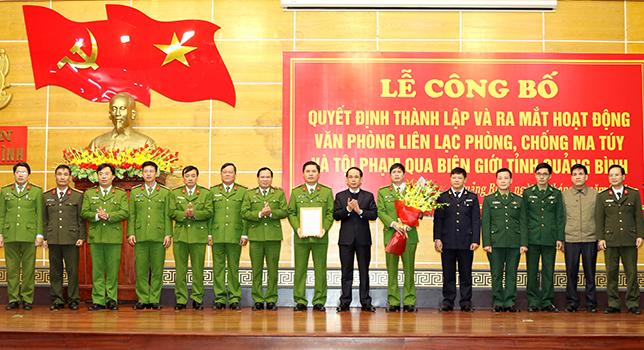Phó Chủ tịch UBND tỉnh Quảng Bình trao quyết định thành lập Văn phòng BLO Quảng Bình.