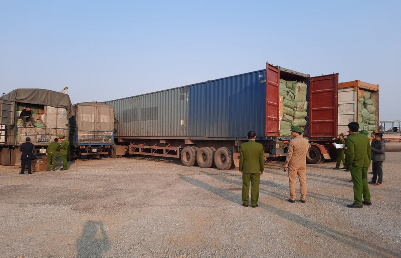 Lực lượng công an đang tiến hành kiểm đếm và phân loại hàng hóa