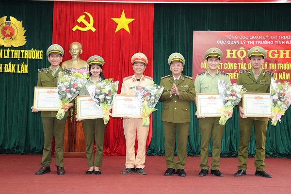 Nhiều tập thể, cá nhân được nhận khen thưởng đột xuất từ Cục trưởng Cục Quản lý thị trường tỉnh Đắk Lắk