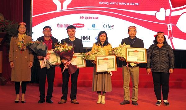 Đại diện Ban Dân vận Tỉnh ủy và Tỉnh đoàn Phú Thọ trao giấy khen cho 4 đơn vị có thành tích xuất sắc trong công tác hiến máu cứu người.