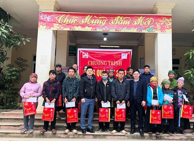Lãnh đạo Ủy ban MTTQ tỉnh Thanh Hóa, Tập đoàn Vingroup tặng quà Tết cho các hộ nghèo