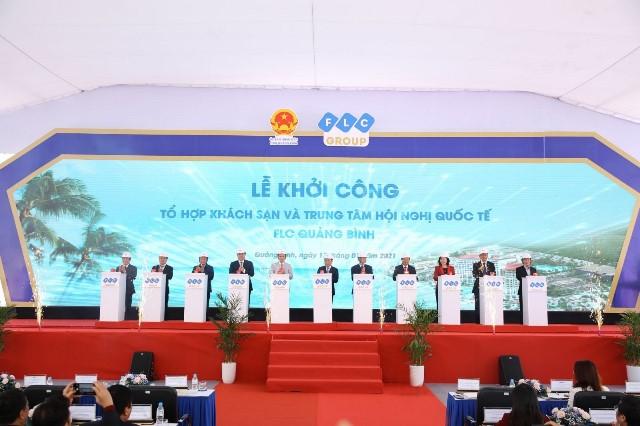Các đại biểu nhấn nút tại lễ khởi công 2 hạng mục của đại dự án FLC Quảng Bình