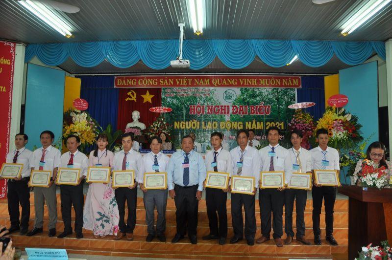 Các tập thể, cá nhân Nông trường Cao su Long Hòa có thành thành tích xuất sắc trong năm 2020 nhận giấy khen của Tổng Giám đốc Công ty TNHH MTV Cao su Dầu Tiếng. Ảnh: Trí Dũng