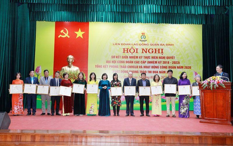 Chị Hoàng Phương - Chủ tịch Công đoàn (thứ 7 từ trái sang) nhận Bằng khen của LĐLĐ thành phố Hà Nội
