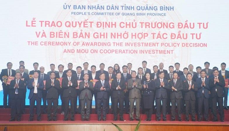 Phó Thủ tướng Trịnh Đình Dũng, lãnh đạo các Bộ ngành, tỉnh Quảng Bình và các nhà đầu tư