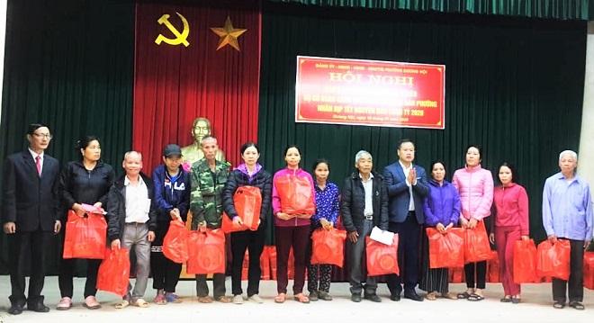 Lãnh đạo phường Dương Nội tặng quà các gia đình khó khăn