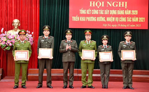 Giám đốc Công an tỉnh Phạm Trường Giang tặng Giấy khen cho các chi, đảng bộ cơ sở xuất sắc 5 năm liên tục 2015 - 2020.