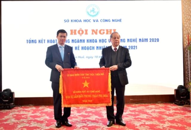UBND tỉnh Thừa Thiên Huế thưởng cờ thi đua xuất sắc cho Sở KH&CN