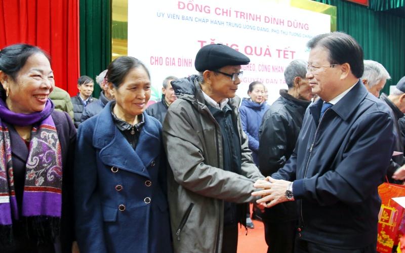 Phó Thủ tướng tặng quà thăm hỏi động viên các hộ nghèo, gia đình chính sách trên địa bàn thành phố Việt Trì
