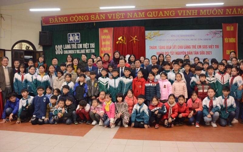 Phó Thủ tướng cùng đại diện Ủy ban T.Ư MTTQ Việt Nam, Tổng Liên đoàn Lao động Việt Nam, lãnh đạo tỉnh Phú Thọ tặng quà các cháu học sinh Làng trẻ SOS Việt Trì