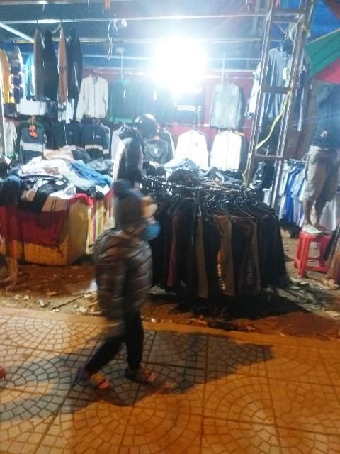 áo quần bày bán nhếch hác