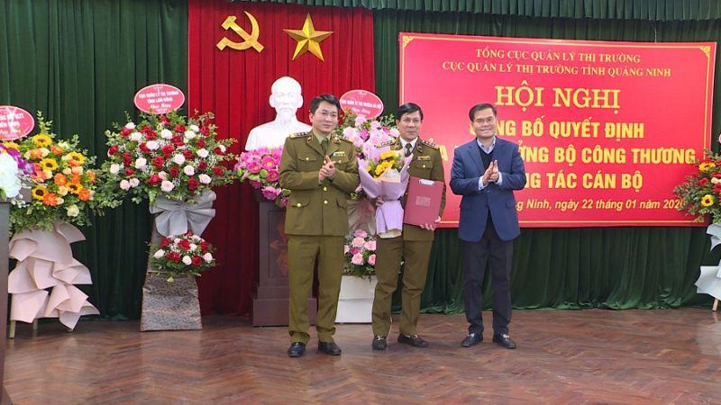 Lãnh đạo Tổng Cục Quản lý thị trường và Lãnh đạo tỉnh trao quyết định giao quyền Cục trưởng Cục Quản lý thị trường tỉnh với ông Nguyễn Đình Hưng.