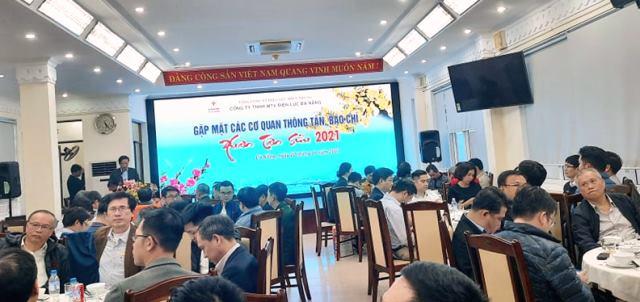 Ông Lê Hồng Cương, CT - TGĐ PC Đà Nẵng phát biểu tóm tắt 1 năm hoạt động của đơn vị, đồng thời gửi lời cám ơn đến các Nhà báo, BTV, PV các cơ quan thông tấn, báo chí đã luôn đồng hành, chia sẻ với PC Đà Nẵng trong năm qua