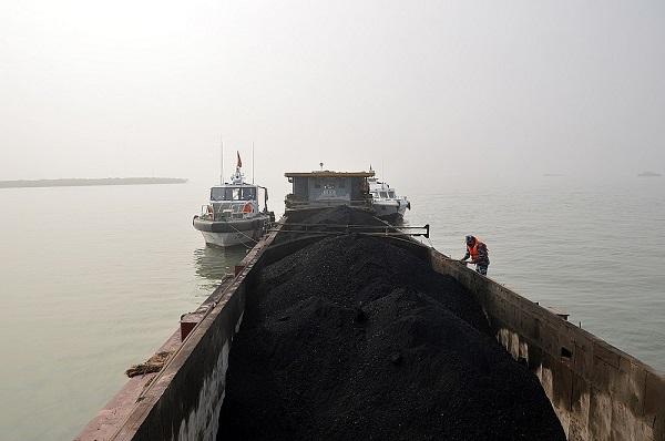 Tàu số hiệu NĐ-3631 đang vận chuyển chở 500 tấn than cám không rõ nguồn gốc