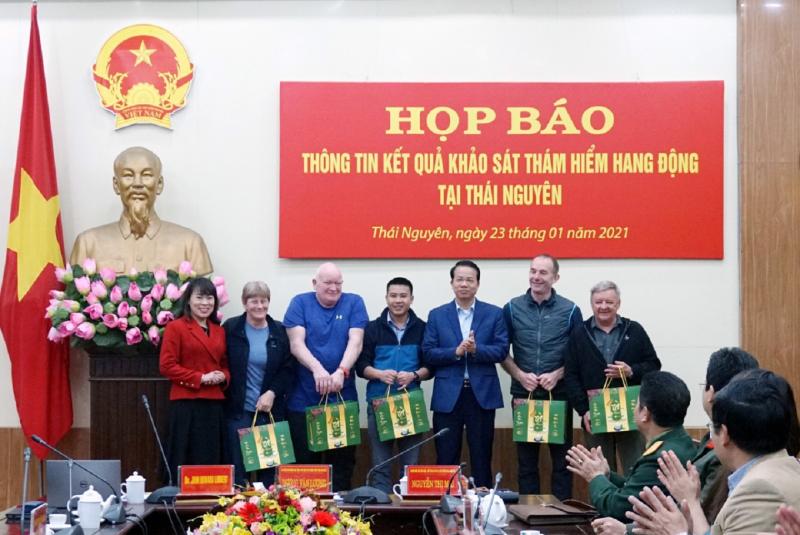 Lãnh đạo UBND và Sở VHTT&DL tỉnh Thái Nguyên tặng quà đoàn khảo sát.