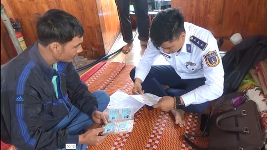 Lực lượng phòng chống buôn lậu, gian lận thương mại Bộ tư lệnh Vùng Cảnh sát biển 2 kiểm tra trên tàu An Bình 88 .