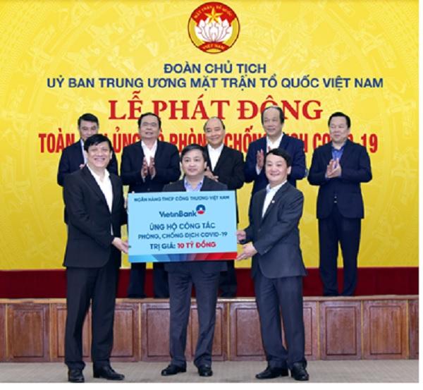 Chủ tịch HĐQT VietinBank Lê Đức Thọ trao ủng hộ 10 tỷ đồng phòng chống dịch COVID-19
