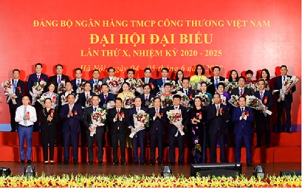 Đồng chí Y Thanh Hà Niê Kđăm - Ủy viên Dự khuyết Ban Chấp hành (BCH) Trung ương Đảng, Bí thư Đảng ủy Khối Doanh nghiệp Trung ương, cùng các đồng chí Lãnh đạo tặng hoa chúc mừng BCH Đảng bộ Ngân hàng TMCP Công Thương Việt Nam khóa X, nhiệm kỳ 2020 – 2025