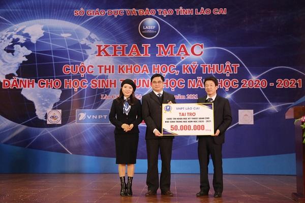 Đại diện các doanh nghiệp trao kinh phí tài trợ cuộc thi