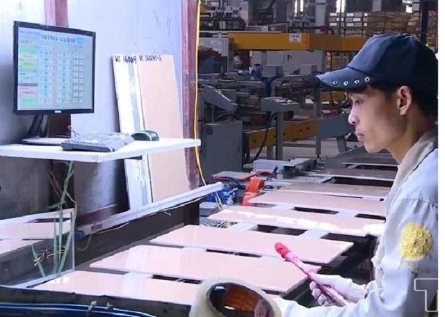 Công nhân trong giờ làm việc tại Công ty Cổ phần Đầu tư Phát triển Vicenza