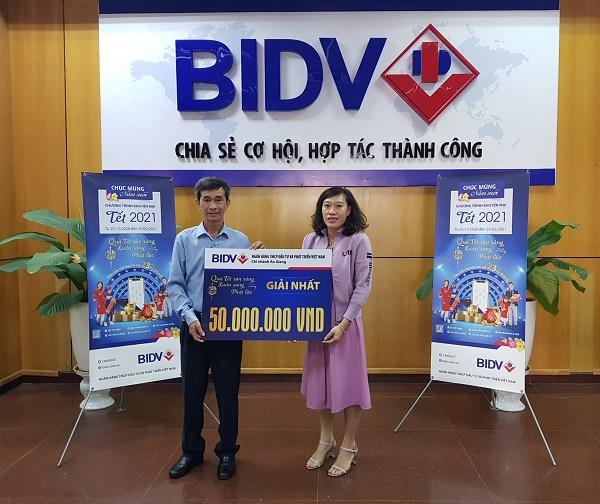 Bà Tống Thị Mỹ Phụng nhận giải thưởng 50 triệu đồng tại BIDV An Giang
