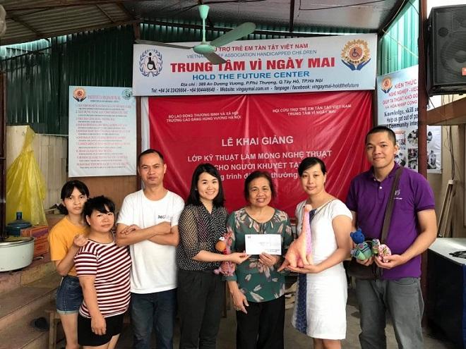 Đại diện Trung tâm Nghệ thuật Hoàng Vân (HoangVanArt) ủng hộ tiền mặt tới Vì Ngay Mai. Nguồn: HoangVanArt