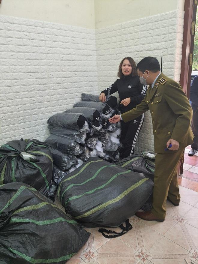 Lực lượng chức năng tiến hành kiểm tra lô hàng