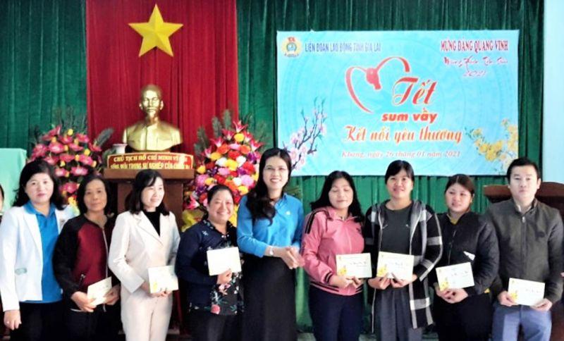 Bà Trần Lệ Nhung-Chủ tịch Liên đoàn Lao động tỉnh tặng quà cho đoàn viên, công nhân nghèo tại huyện Kbang. Ảnh: Đinh Yến