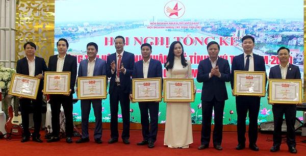 Đồng chí Phan Trọng Tấn - Phó chủ tịch UBND tỉnh, Chủ tịch danh dự Hiệp hội Doanh nghiệp tỉnh trao bằng khen cho các tập thể, cá nhân.