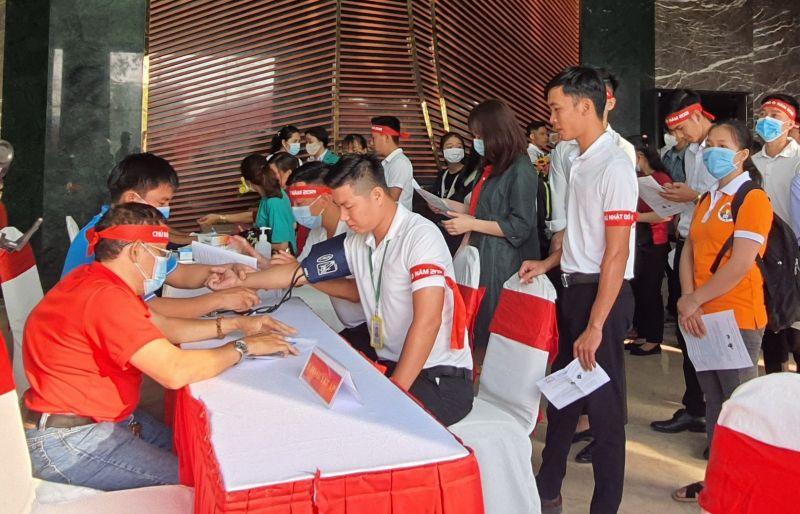 Kiểm tra sức khỏe trước khi hiến máu. Ảnh: Hồng Thuận